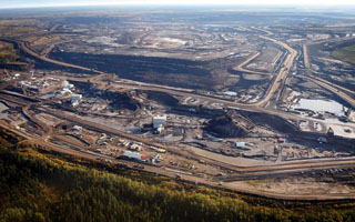 Oil Tar-Sands Mining near Fort McMurray in Alberta, Canada - Photo: Jeff McIntosh/The Canadian Press/AP